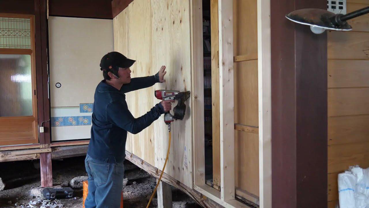 古民家の壁を2×4材とコンパネで補強する。